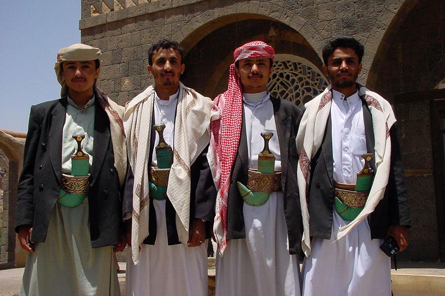 Jemenieten poseren met hun jambiya