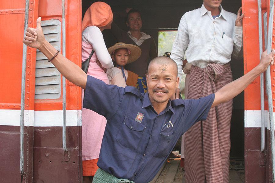 Man hangt uit trein in Myanmar