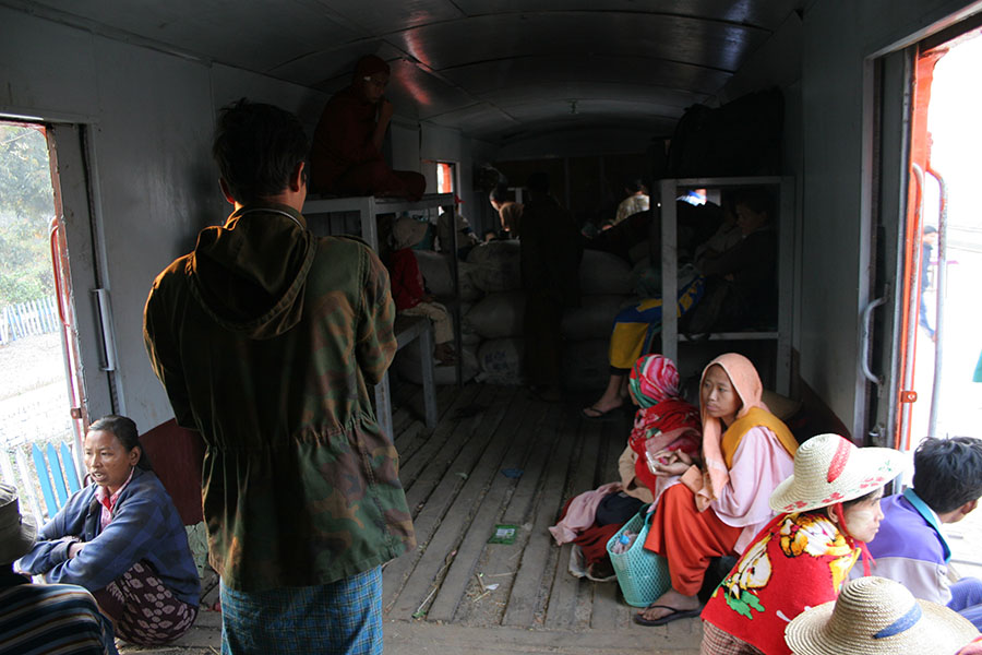 Interieur van een trein in Myanmar
