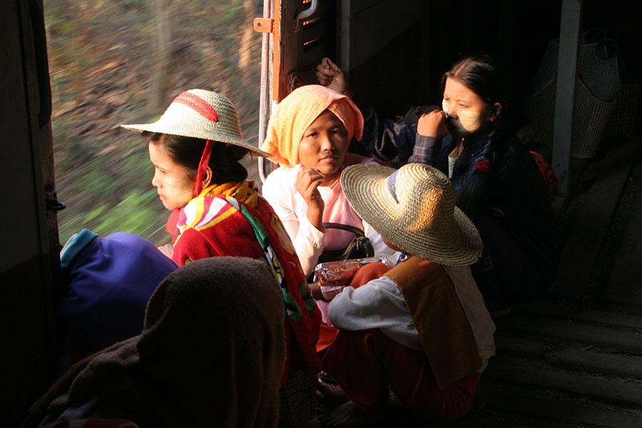 Vrouwen in een trein op weg naar Katha