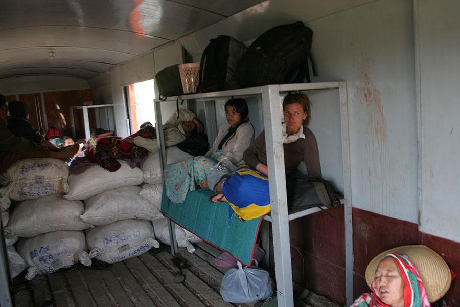 In een bagagewagon van een trein in Myanmar