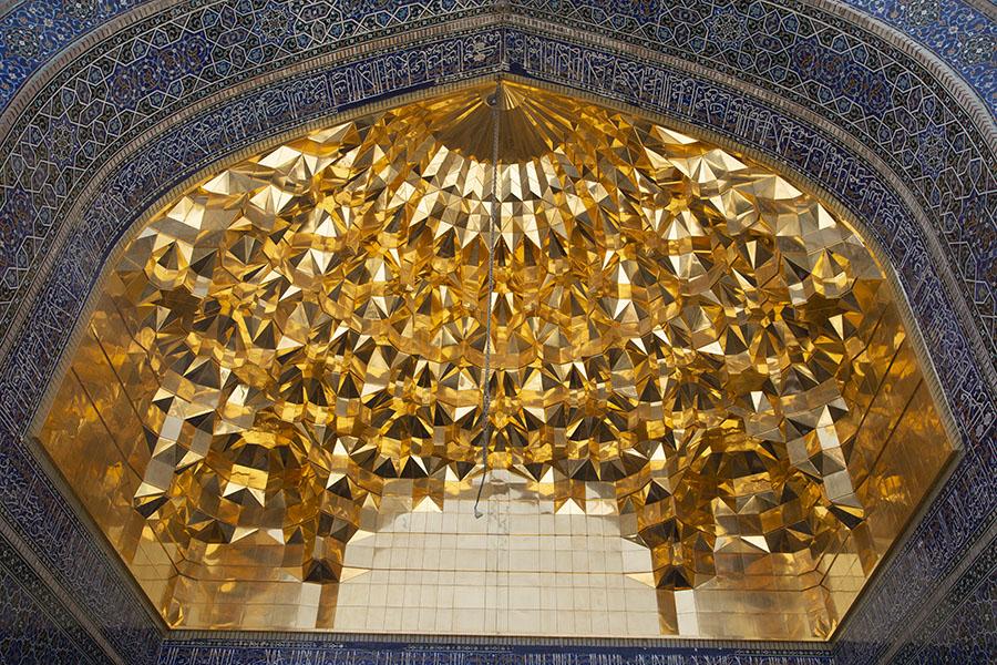 Gouden iwan boven de ingang van het heiligdom van Fatima in Qom