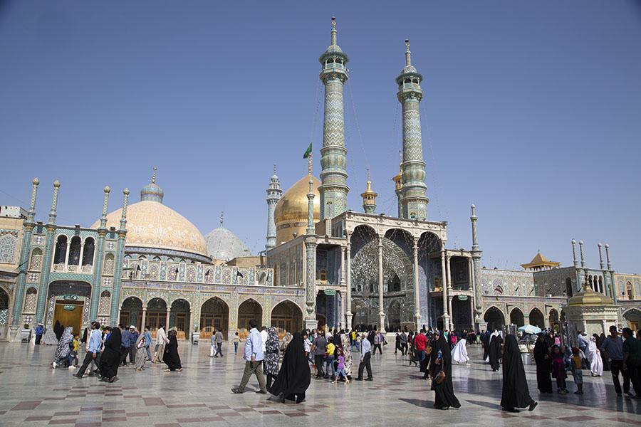 Pelgrims op het enorme plein van het complex van het Qom heiligdom