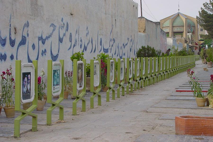 Rij van graven voor soldaten omgekomen in de Iran-Irak oorlog in Isfahan