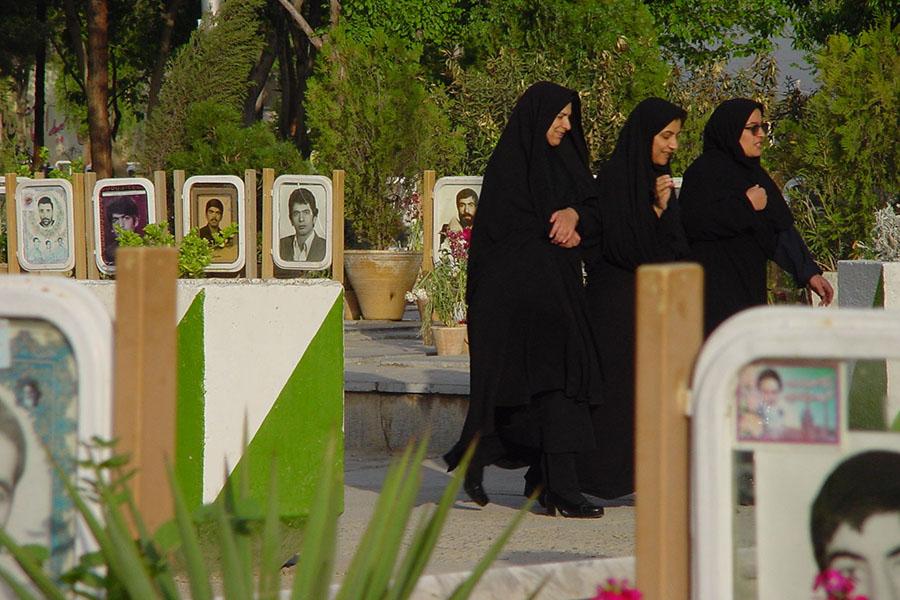 Vrouwen op een begraafplaats met gevallen soldaten van de Iran-Irak oorlog