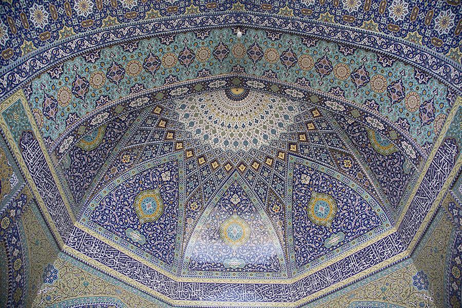 Versierde koepel in het Hazrat e Masumeh complex in Qom