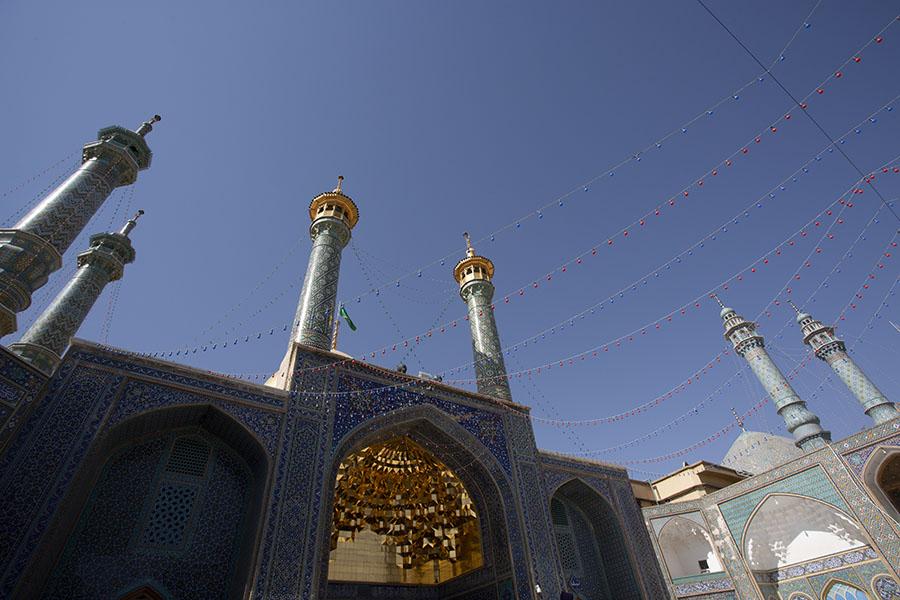 Goud beklede iwan boven de manneningang van het heiligdom van Fatima in Qom
