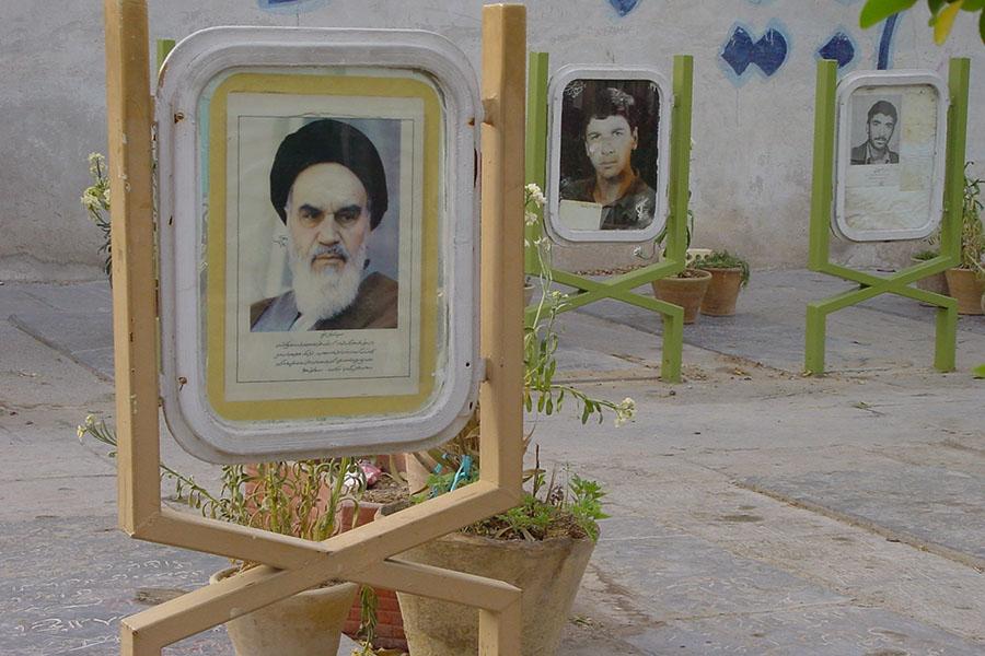 Khomeini op een graf voor de soldaten gevallen in de Iran-Irak oorlog in Isfahan