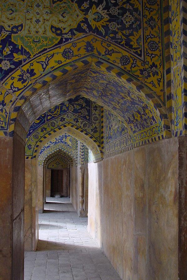 Doorgang in de Masjed e Emam moskee in Isfahan