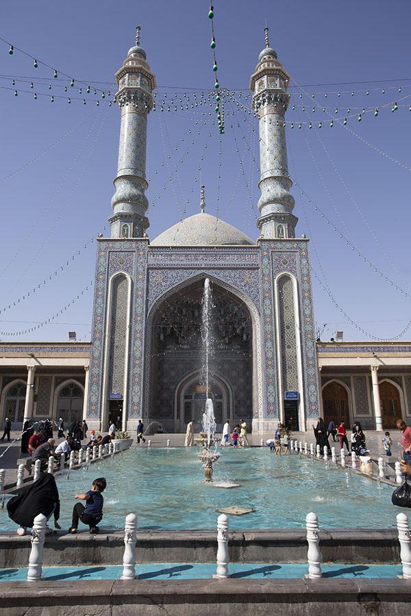 Fontein en bassin in het plein van de Balasar moskee in Qom