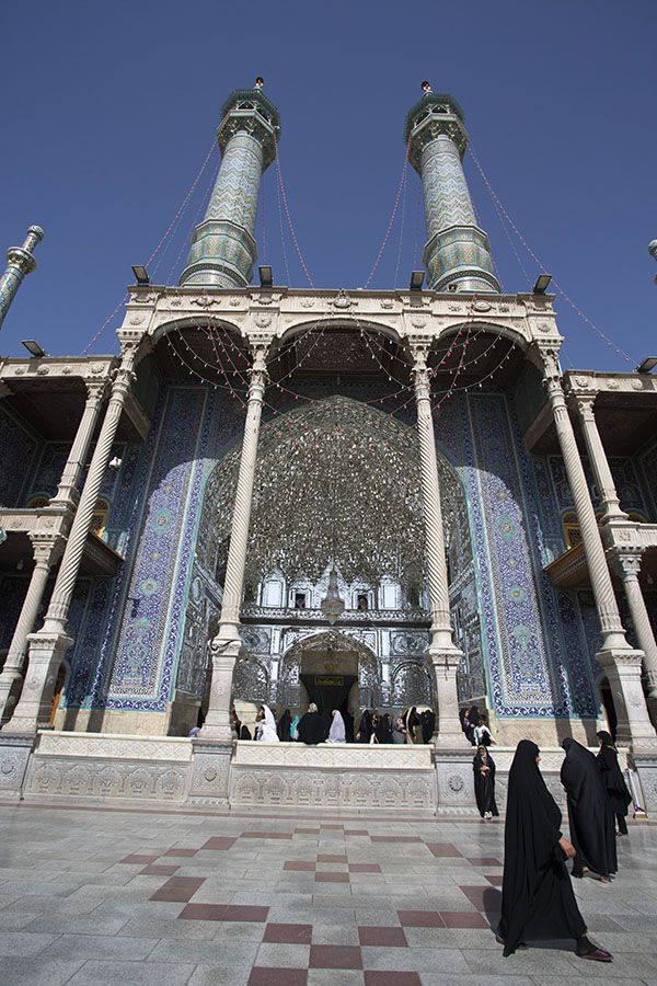 Vrouw bij de vrouweningang van het Fatima complex in Qom