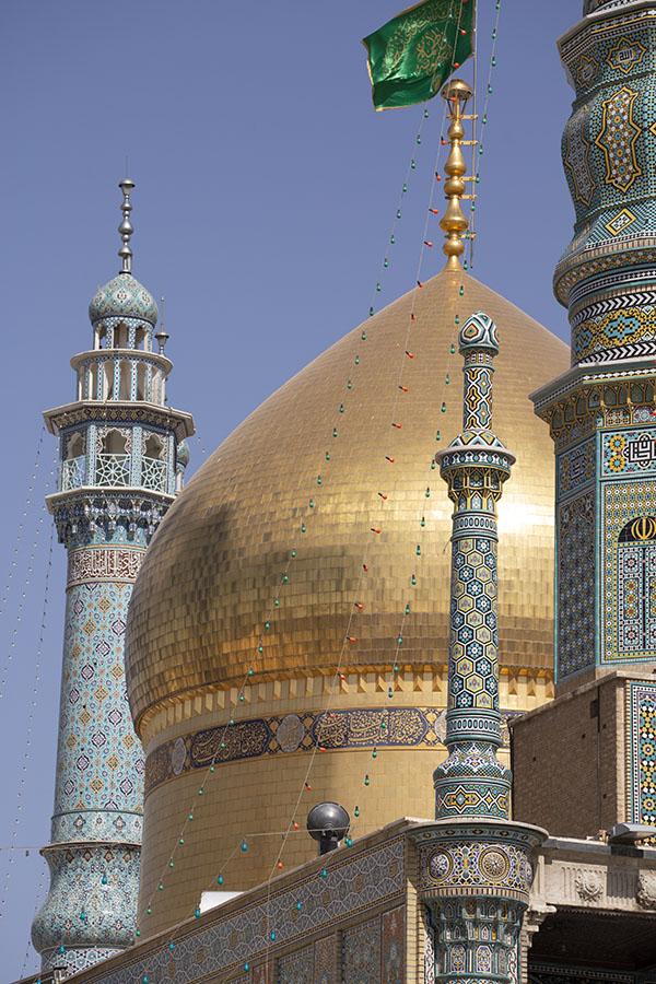 De opvallende gouden koepel van het heiligdom van Fatima, toegevoegd door Fath Ali Shah