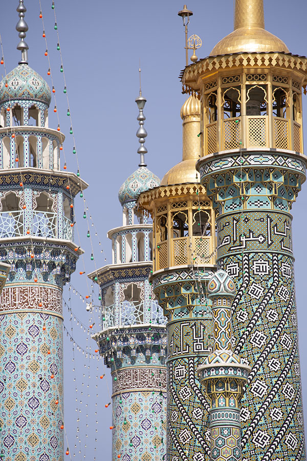 Minaretten boven het heiligdom van Fatima in Qom