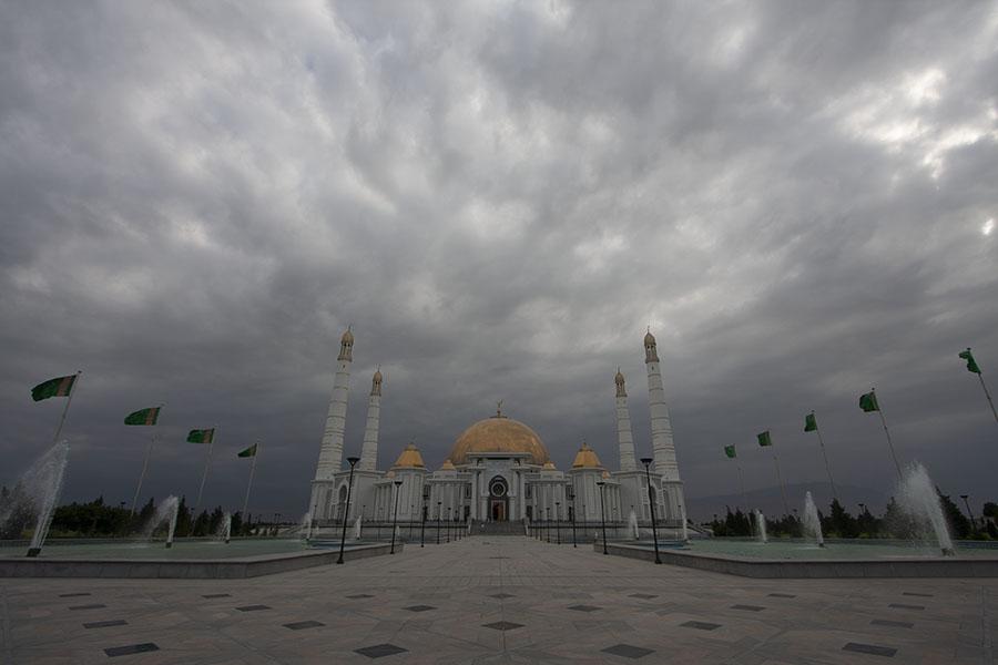 Een donkere lucht boven Turkmenbashy Ruhy mosque bij Asjchabad