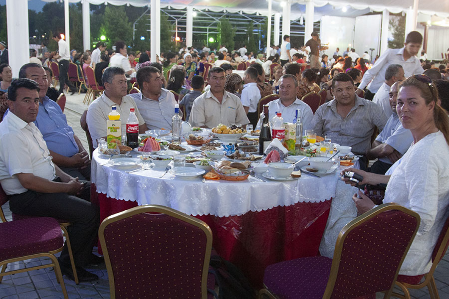 Oezbeekse mannen met Anneke op het bruiloftsfeest in Samarkand