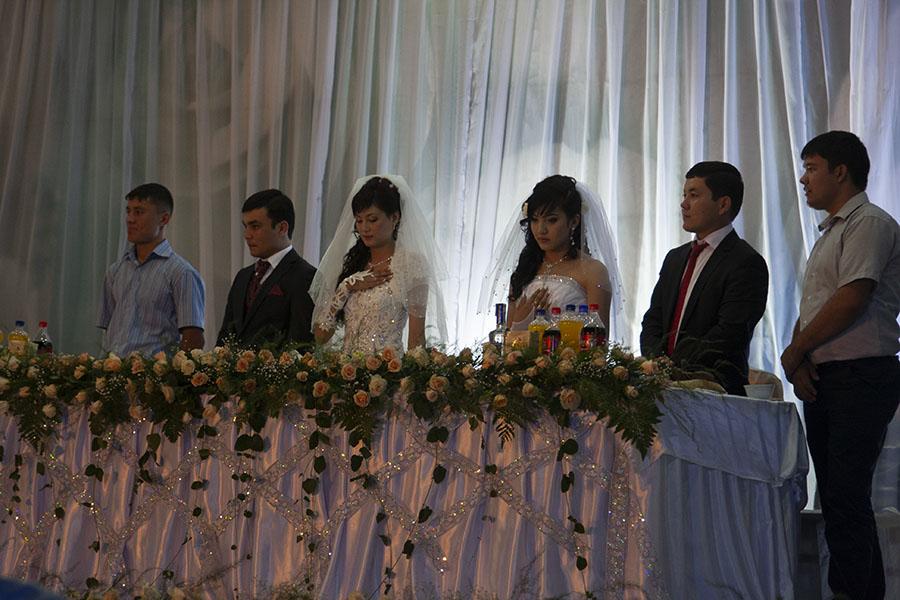 Twee koppels op hun trouwfeest in Samarkand