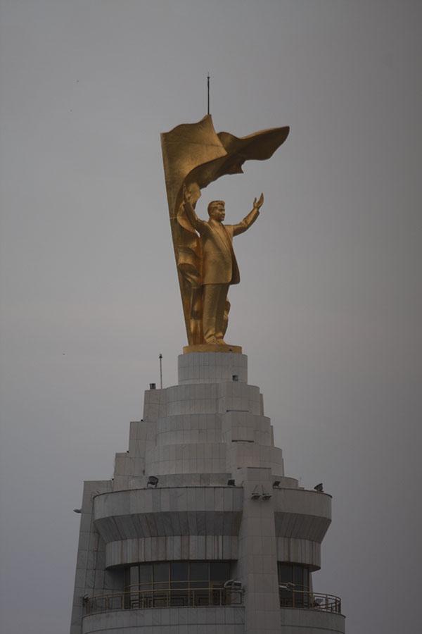 Gouden beeld van Niyazov in Asjchabad