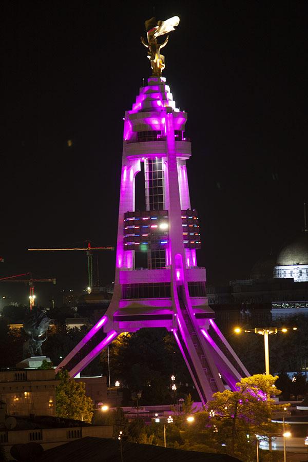 Het gouden standbeeld van Niyazov op een hoge toren in Asjchabad