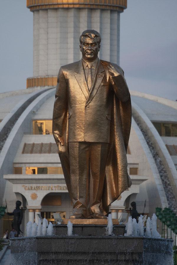 Gouden beeld van Niyazov in het Onafhankelijkheidspark van Asjchabad