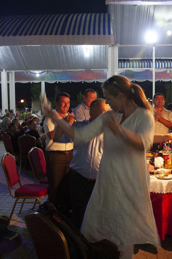 Anneke aan het dansen op de bruiloft in Samarkand