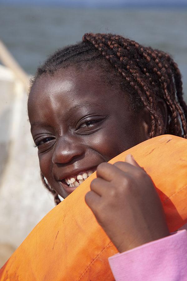 Meisje met zwemvest op de boot naar Cogo