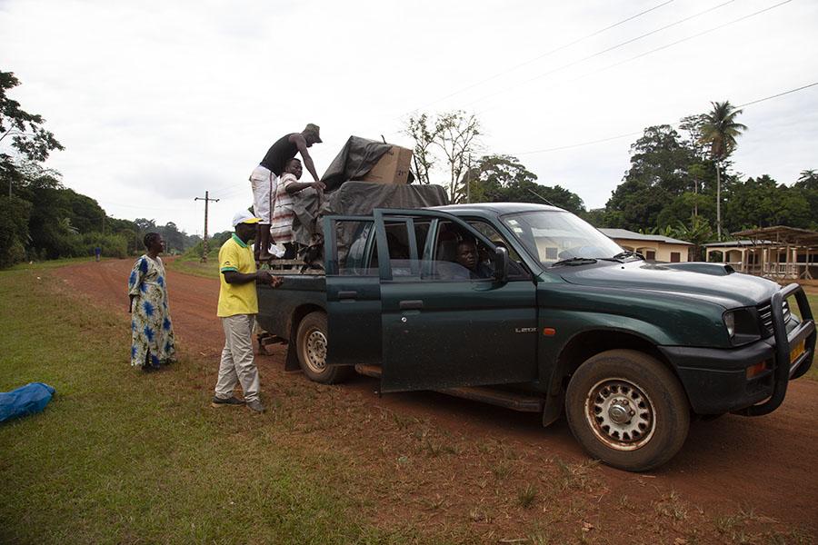 Pickup truck bij Ntoum, waar de official mijn paspoort probeerde af te pakken