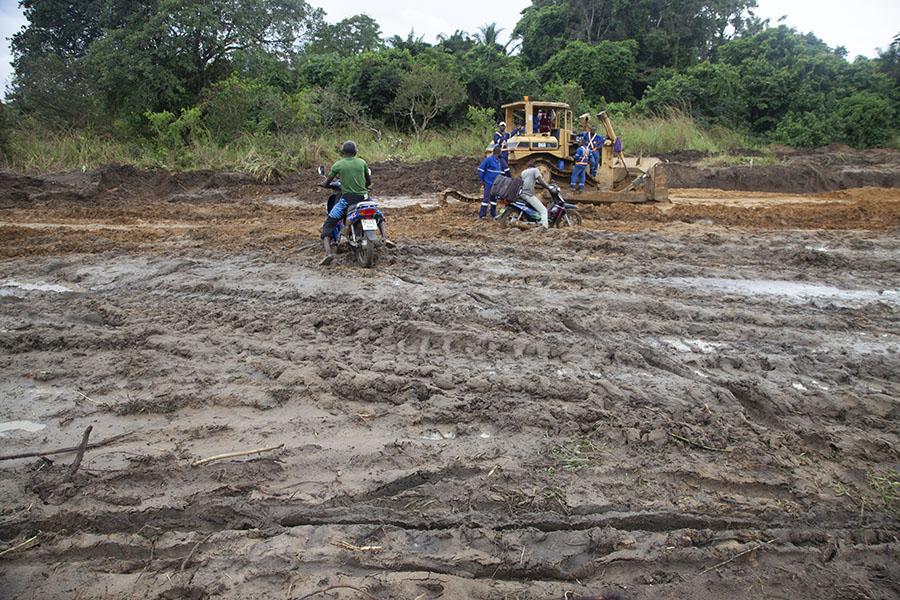 Motorfietsers in de modder op weg naar Oyo