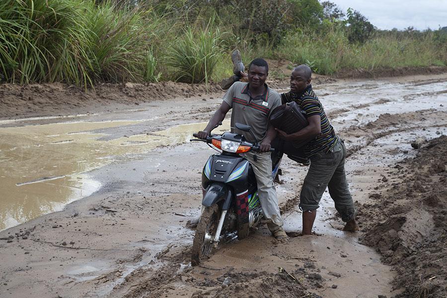 Daniel en een van de motorjongens in de modder