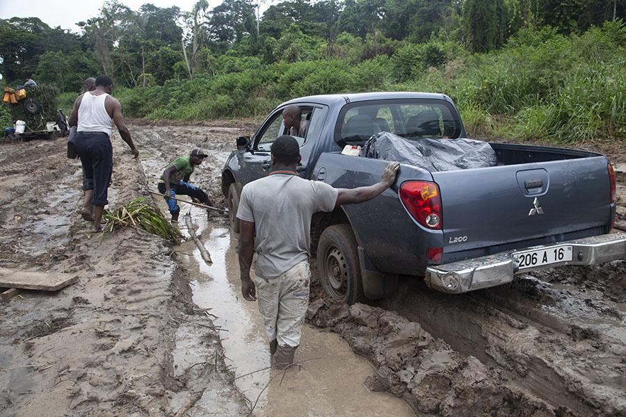 Pickup truck gestrand in de modder