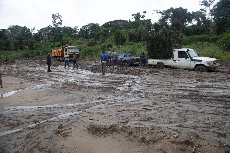 Auto's en truck vastgelopen in de modder