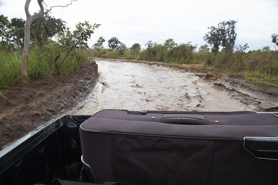 Achterop de pickup truck van de immigratie official met waterweg