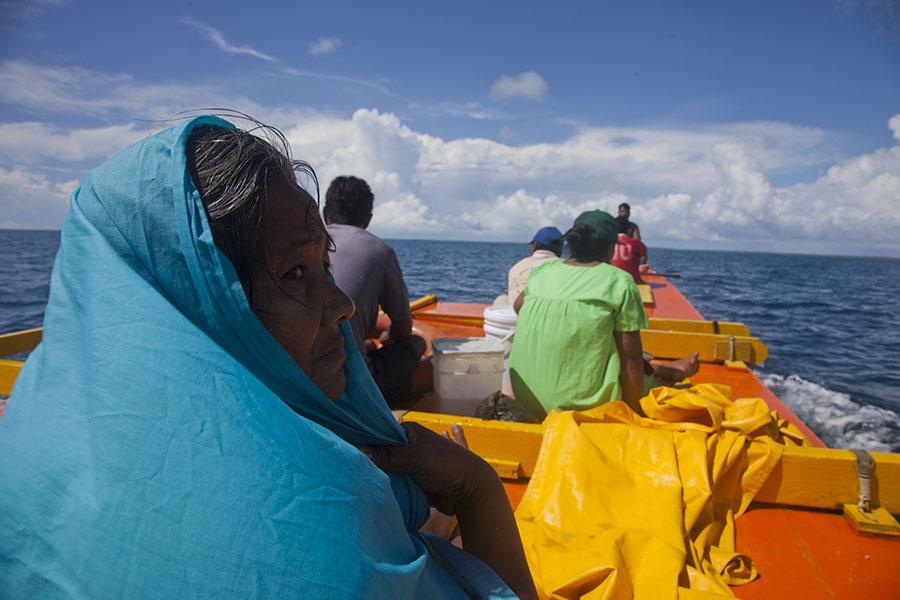 De buitenlegger kano op weg naar de overkant van het Tarawa atol