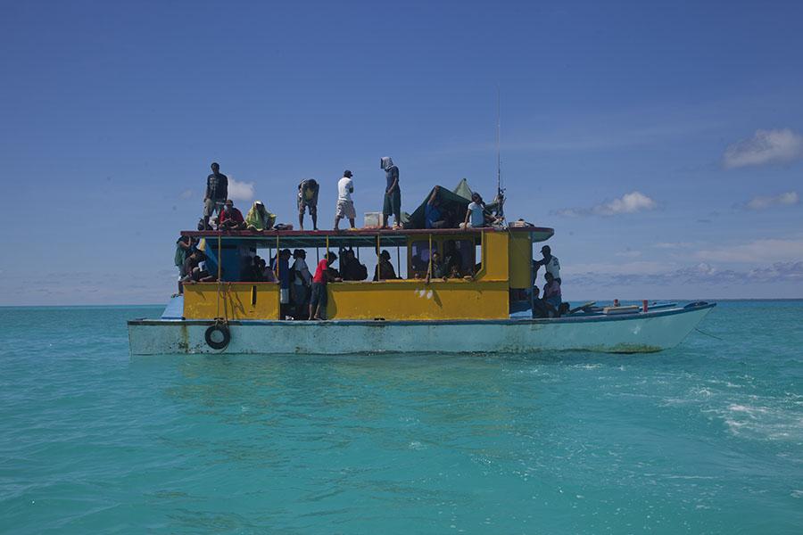 De catamaran die me naar Abaiang bracht