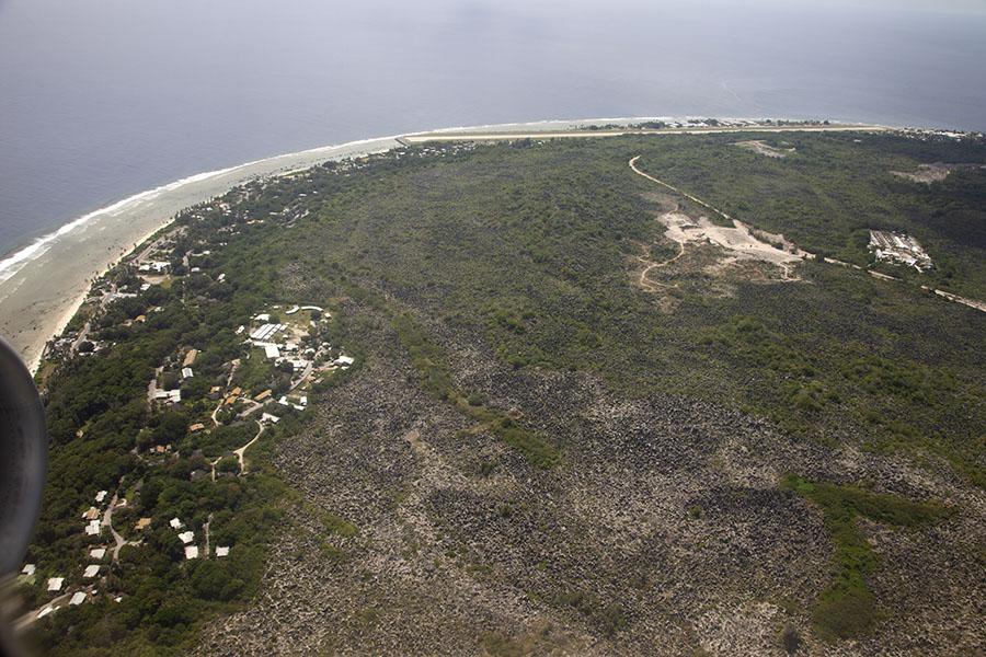 Uitzicht over Nauru met de landingsbaan van het vliegveld en het vluchtelingenkamp rechts