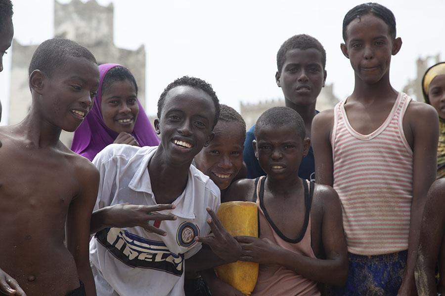 Jongeren op het strand van Mogadishu