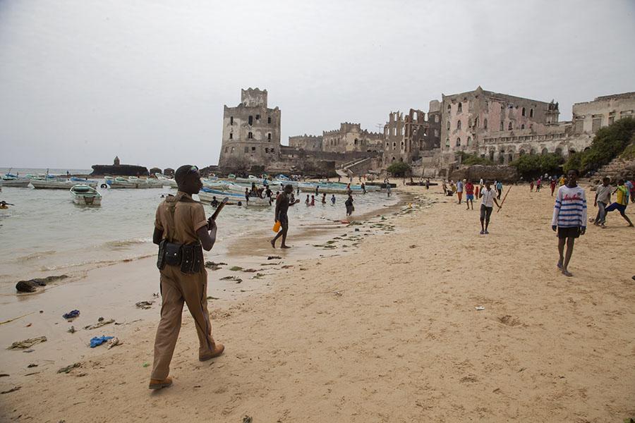 Het strand van Mogadishu met bodyguard en vuurtoren in de achtergrond