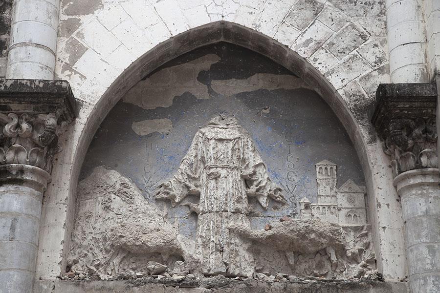 Kapotgeschoten kunstwerk in de kathedraal van Mogadishu