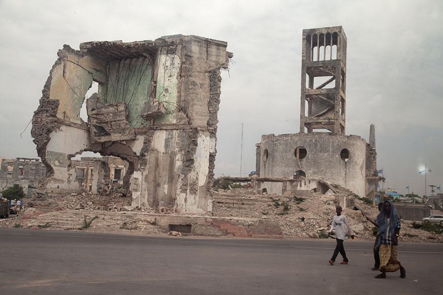Kapotgeschoten gebouwen in Mogadishu