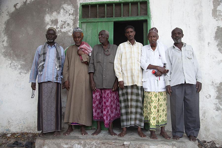 Somalische mannen bij de Fakr ad-Din moskee, Mogadishu