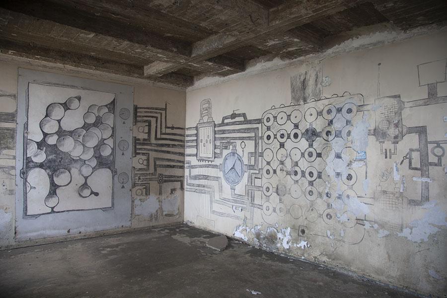 Kunstwerken op de muren van het Ducor Palace hotel in Monrovia