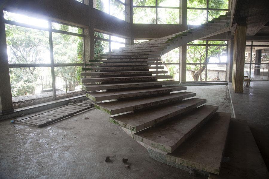 De wenteltrap van het Ducor Palace hotel in Monrovia