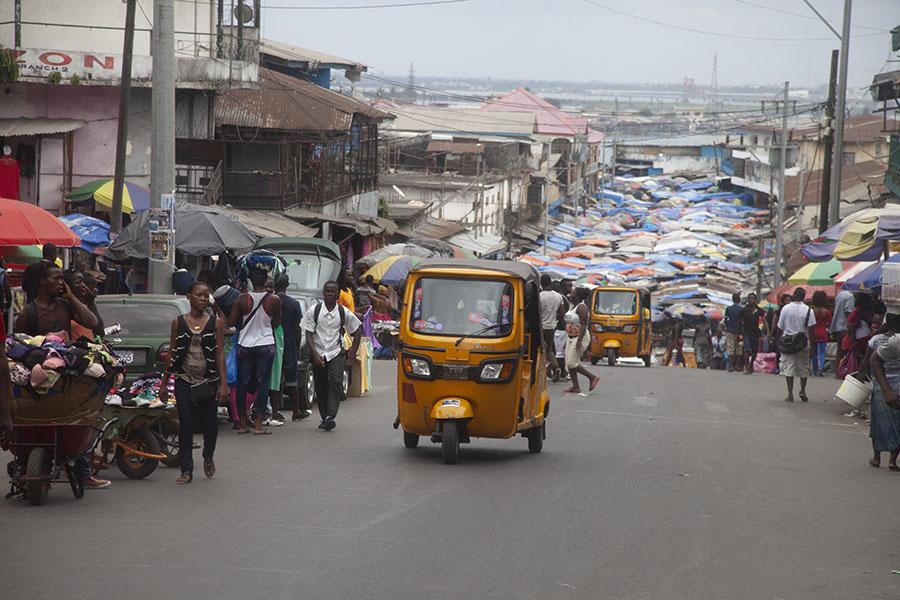 Straat met markt in Monrovia