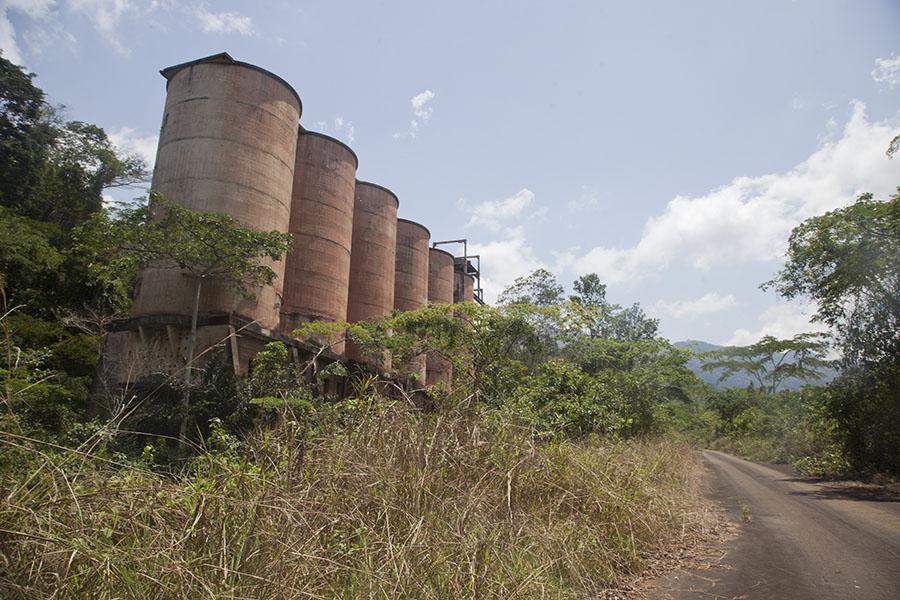 Installaties bij de ijzererts mijnen op Mount Nimba