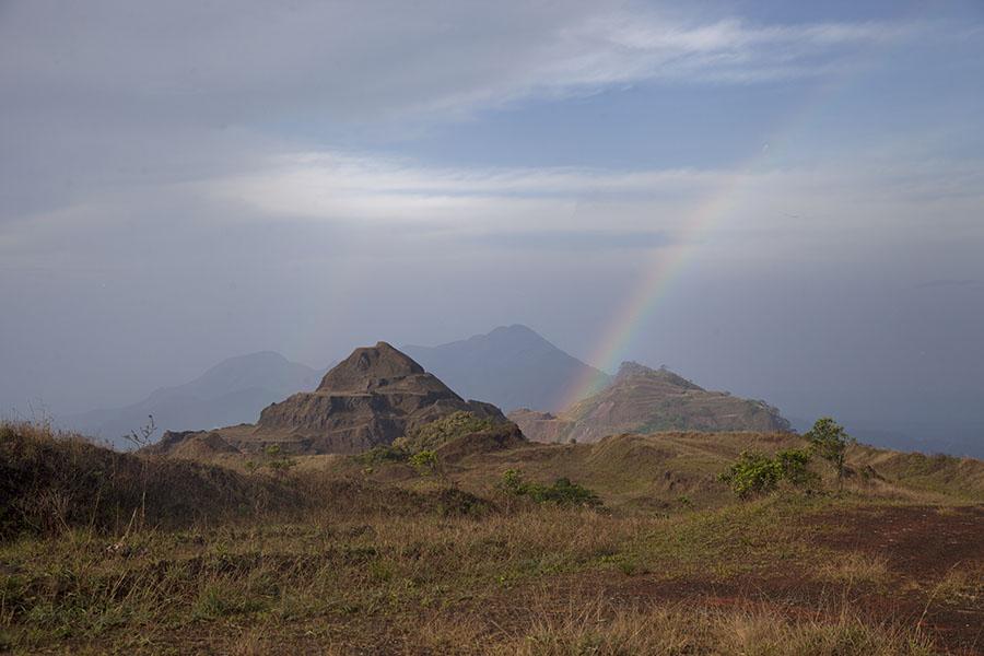 Regenboog boven Mount Nimba