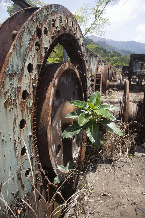 Roestend materiaal van de ijzererts mijnen van Mount Nimba