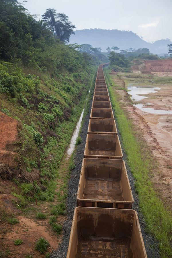 Trein voor het transport van ijzererts in het noorden van Liberia