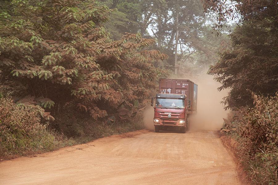Vrachtwagen in het woud van Kameroen