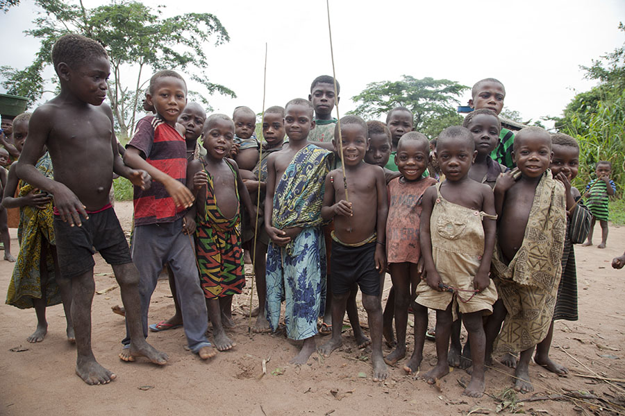Pygmee kinderen in een dorpje in het zuidwesten van de CAR