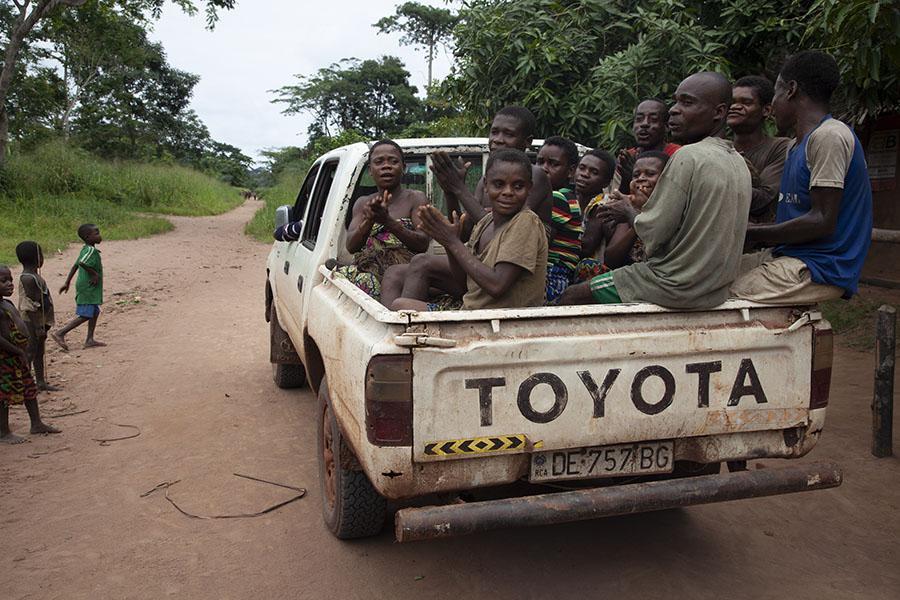 Pygmeeën op weg om de gaan netjagen