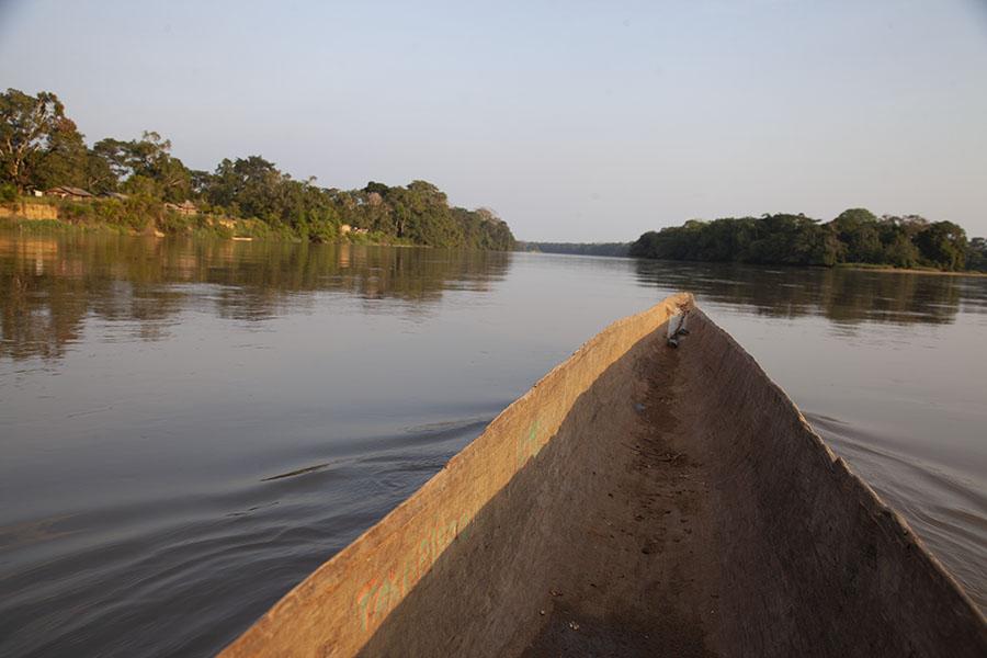 Met de kano de Sangha rivier over richting Kameroen